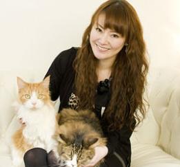遠野なぎこ2匹の猫と一緒.png